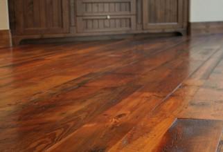 Quais as diferenças entre pisos laminados, carpetes de madeira e pisos de madeira?